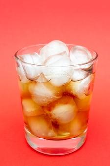 氷で冷たい飲み物。