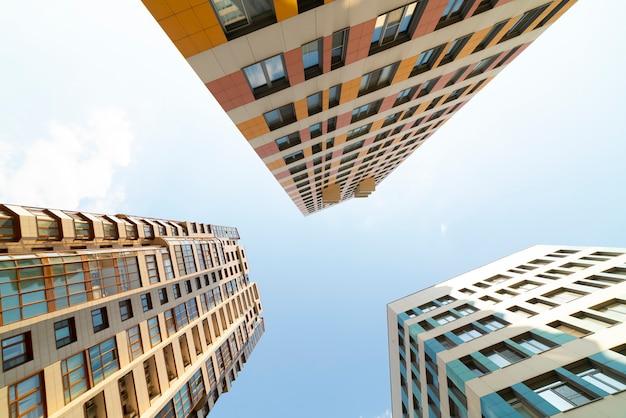 典型的な住宅の高層ビル。底面図。角度