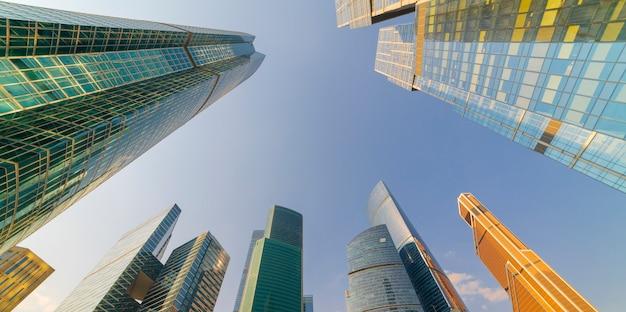 近代的な高層ビル - 街中の高層ビル。底面図。