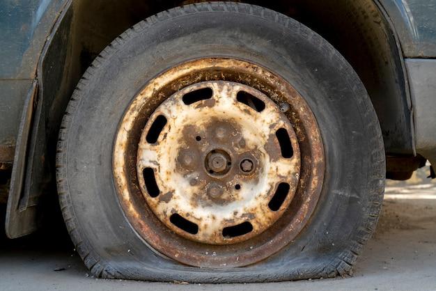 パンクタイヤの古い車。