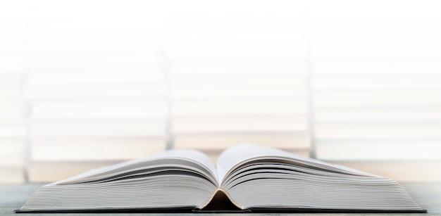Страницы раскрытой книги. символ знания, науки, учебы, мудрости.