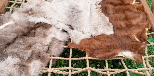茶色と白の毛皮。動物の皮