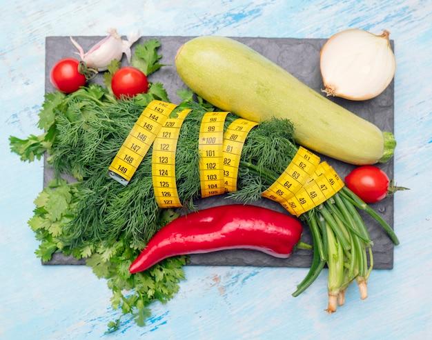 円周を測定するための測定テープ。ダイエット調理用野菜