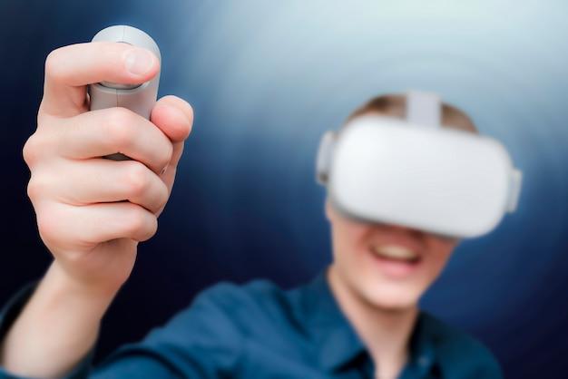 Молодой человек виртуальной реальности.