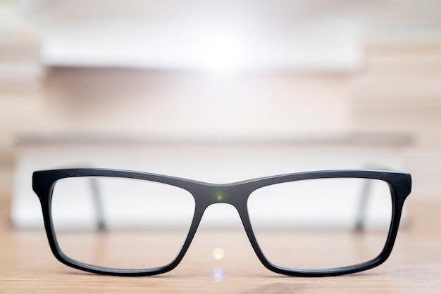 本の背景にメガネ