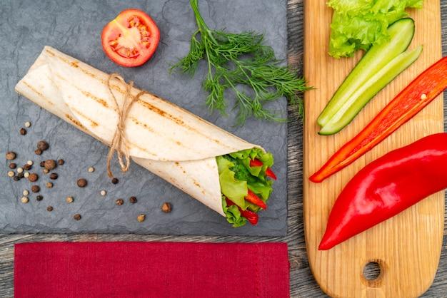 健康的なライフスタイルのための野菜ロール。