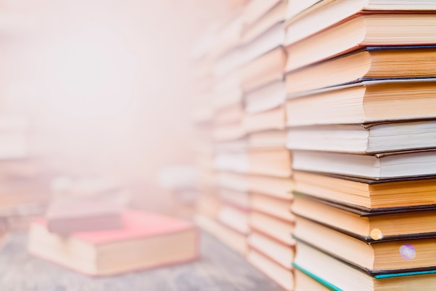 Ряды книг в библиотеке.