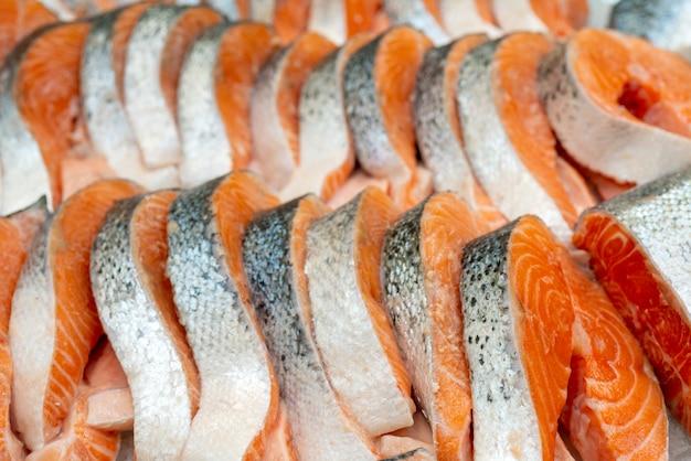新鮮なサーモンのステーキ。氷上での販売。シーフードショップ。