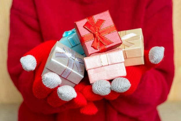 クリスマスギフトボックス。お祝い組成。赤の背景。