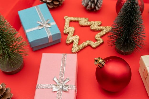 クリスマスの組成物。クリスマスギフトボックス。休日の装飾要素