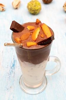 チョコレート、フルーツ、ナッツのミルクセーキ