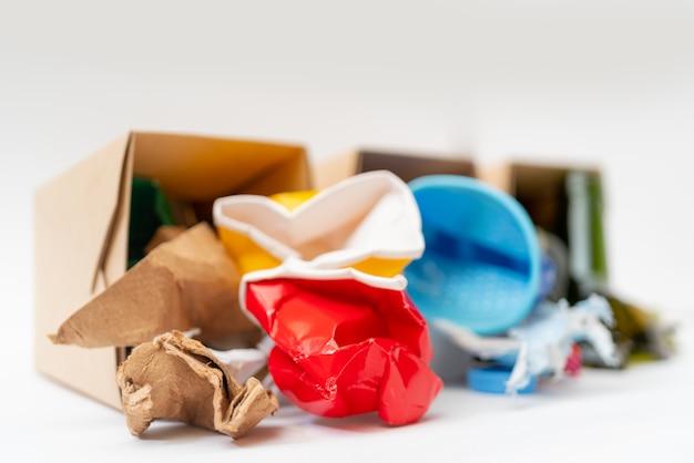 Разбросанный мусор. отдельная сборка мусора. бумага, пластик, стекло. загрязнение окружающей среды.