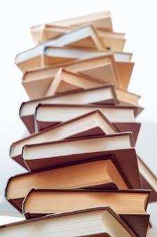 Различные книги друг на друга. стопка книг в библиотеке. научные, образовательные и художественные книги. образование и обучение.