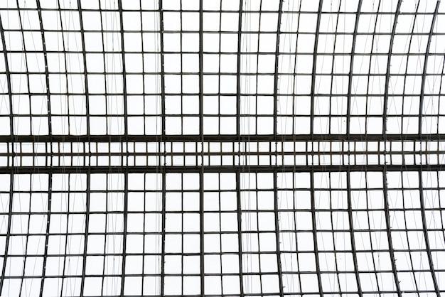 Ажурные металлоконструкции кровельного цеха. абстрактный металлический симметричный дизайн.
