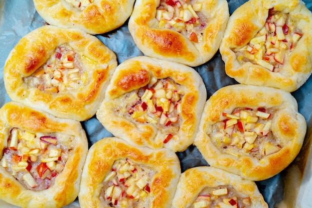 アップルパイ。生地製品。自宅のキッチンでデザートを焼く。自家製料理のレシピ。