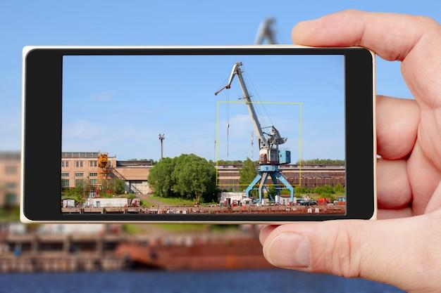 Строительный кран на экране смартфона