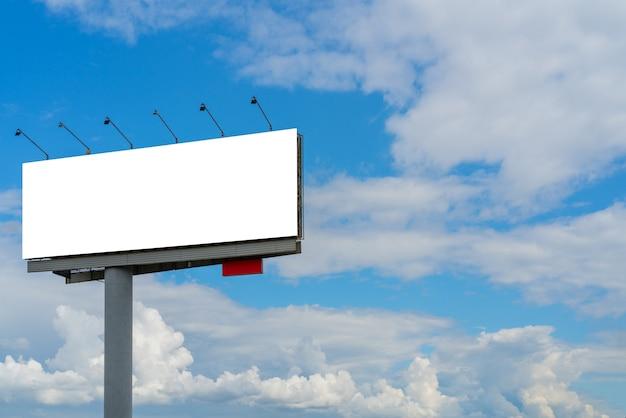 空を背景に柱に看板。テキスト用の空のスペース。