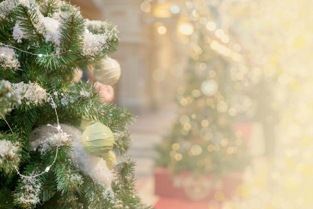 Новогодний фон - ветки, игрушки, блики. место для поздравлений.
