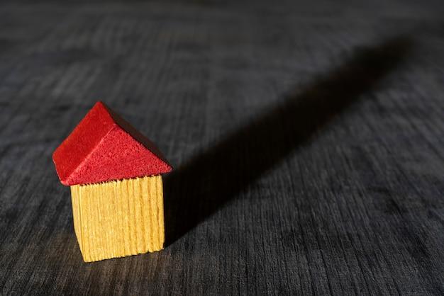 赤い屋根の木のおもちゃの家。