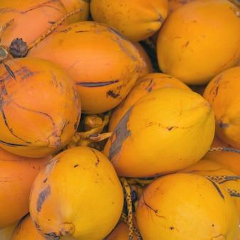黄色の熟したロイヤルココナッツの束。