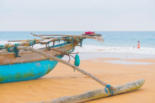 海の海岸にボートカタマラン