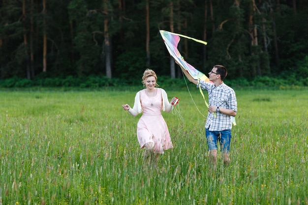 カイトを飛んでいるカップル。