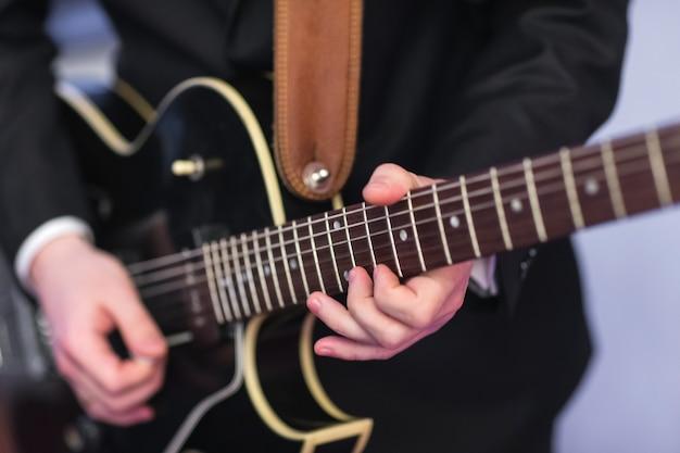 男はギタージャズを演奏