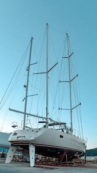 ビーチの豪華なヨット