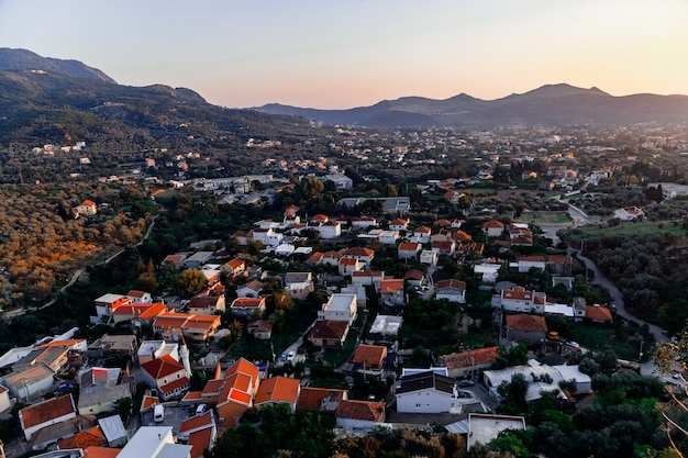 山とモンテネグロの町の町の眺め