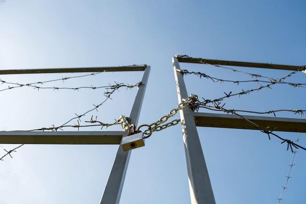 国境の門はロックされ、有刺鉄線で巻かれている