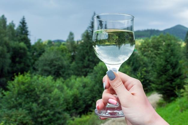 女の子の手の中に倒立したイメージのワイン