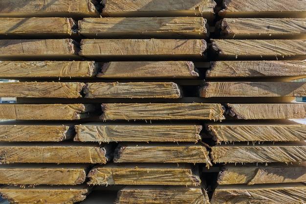 木工産業の折り畳まれた生のボード、車両への積載準備