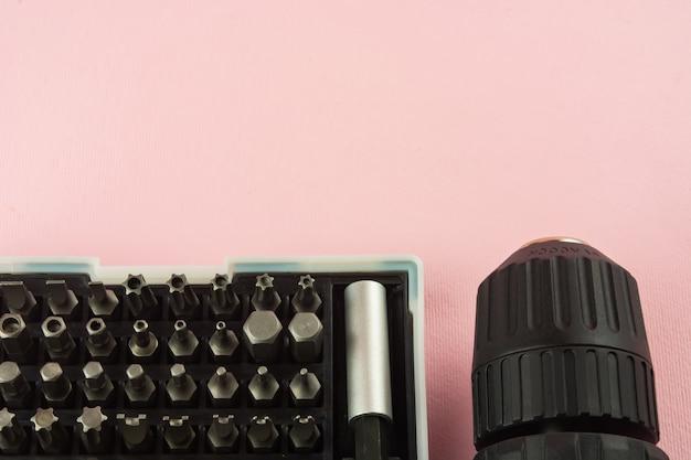 Отвертка на розовом фоне