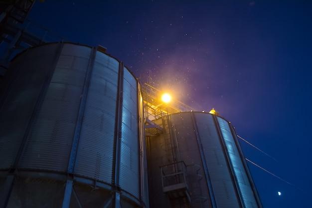 夜間のエレベーターでは、穀物の受け取り、清掃、乾燥、保管に関する作業を行うことがあります