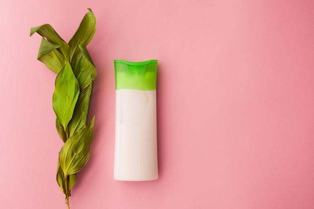 Натуральный очищающий крем косметический травяной для лица, уход за кожей лосьон увлажняющий крем на розовом фоне