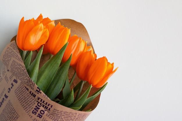 赤いチューリップの花束。黄色いチューリップの花から女性の日への贈り物。春。春の花。セレクティブフォーカス