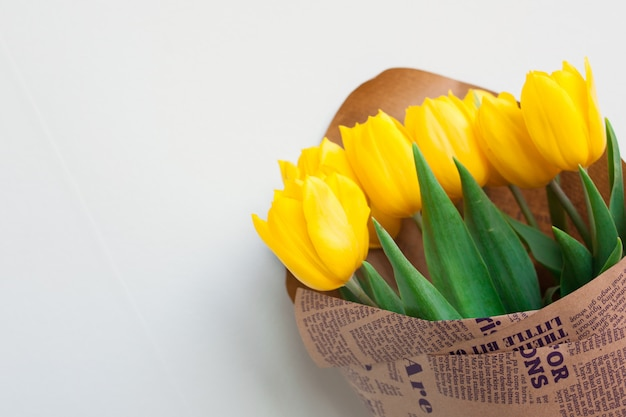 黄色いチューリップの花束。黄色いチューリップの花から女性の日への贈り物。春。春の花。セレクティブフォーカス