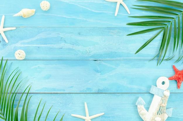 夏の旅行のコンセプトです。青い木の板の背景にフラットを置く