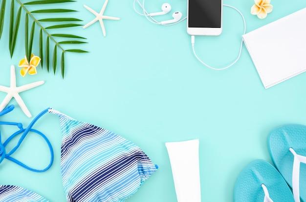 青い背景を持つ夏フラットレイアウトフレーム。女性の旅行の概念