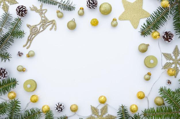 クリスマスのフレームは、モミの枝と装飾でできています。クリスマスの背景。
