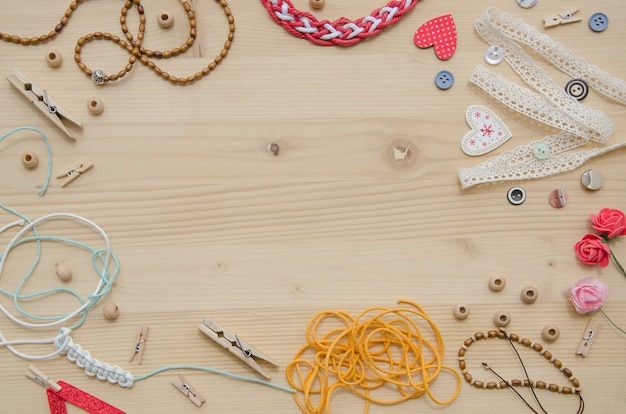 木製の背景に手作りのための手工芸品や装飾品の要素のセット。