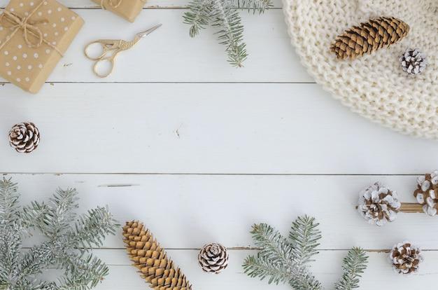 マツ、モミ、枝、コーン。スタイリッシュなお祭りと居心地の良い新年、クリスマス、メリークリスマスフレーム。