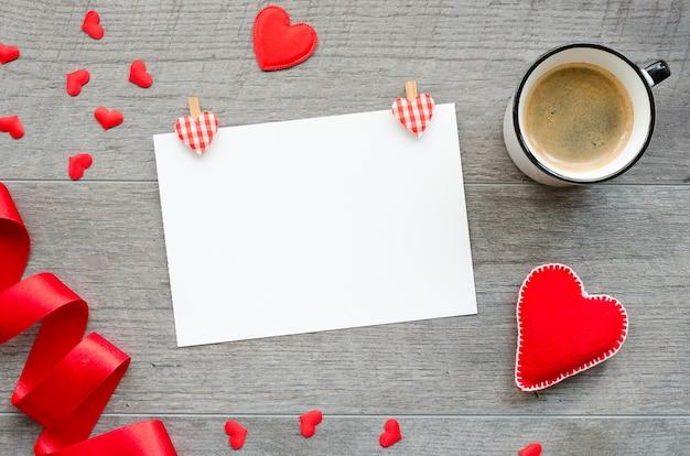 バレンタインの日空白の紙のモックアップ。グリーティングカードテンプレート