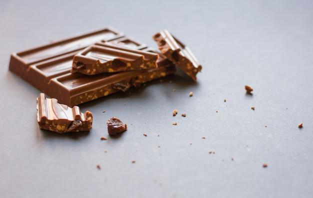 チョコレートミルクチョコレート、ヘーゼルナッツとレーズンを砕いて黒く塗ったもの
