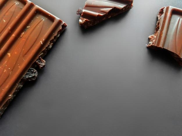 粉砕されたヘーゼルナッツとアルコールレーズンが分離されたミルクチョコレートのバー