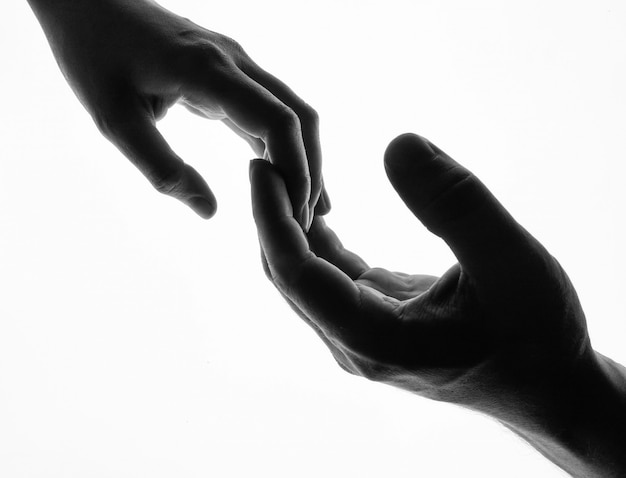 男と女は手 - 分離された黒と白のシルエットを保持します。