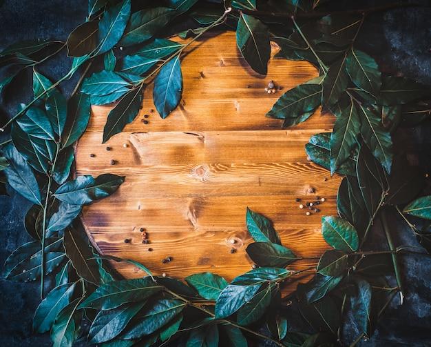 木製のまな板に新鮮なローラスとフラットレイアウトの背景を残します。
