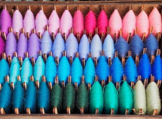 天然ウール糸の異なる色の組み合わせ