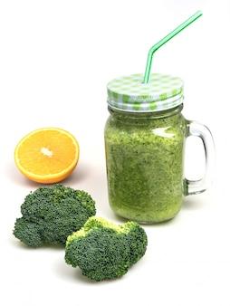 新鮮な果物野菜ブロッコリーセロリスムージー、ライムグリーンを振る。デトックスカクテル
