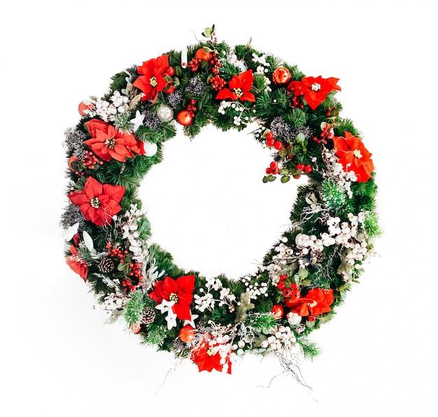 白い背景で隔離のクリスマスの花のクリスマスリース